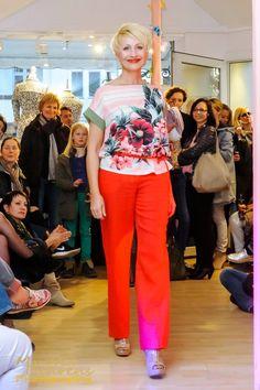Bianca in Top von Nice Things und Hose von Zilch Amsterdam