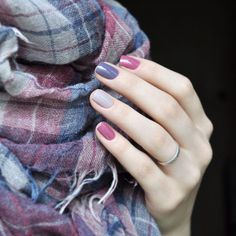 Uñas moradas, rosas y grises