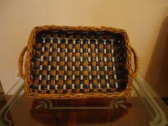 Belíssima cesta para pão feita com canudinhos de jornal, impermeabilizada e envernizada. R$ 65,00
