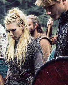 Lagertha and Bjorn. I love her hair. Vikings Hair, Vikings Ragnar, Ragnar Lothbrok, Katheryn Winnick, Artiste Martial, Lagertha Hair, Lagertha Costume, Viking Braids, Vikings Tv Series