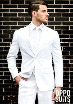 Een strak getailleerd drie-delig wit heren kostuum de White Knight. De avond is jouw canvas, met deze smetteloze creatie van OppoSuits. Het ultieme pak om de brave borsten van de echte feestbeesten te onderscheiden. Hou jij het netjes of laat je je helemaal gaan? White Knight is bewijsstuk nummer één wanneer je de volgende dag wakker wordt. Leuk voor een themafeest white maar omdat het gewoon echt een strak maatpak is kun je deze ook dragen bij een bruiloft, bedrijfsfeest, verjaardag, etc…
