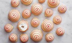 Den legendariske Tivoli-kage, der havde sit store gennembrud i 1934, har fået et frækt nyt side-kick side med Torben Bangs Tivoli-flødebolle. Begge er en symfoni af fløjlsblødt skum, æble og rom og med den letgenkendelige røde spiral på toppen – en hyldest til rutsjebanens 'røde lyn'. Meringue Pavlova, Homemade Candies, Lyn, Let Them Eat Cake, Mini Cupcakes, Sweets, Snacks, Food Ideas, Heaven