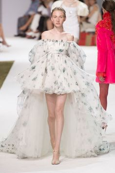 Fashion Week Fall / Winter 2016 Haute couture Paris – Giambattista Valli Fashion Show - Haute Couture Paris, Style Haute Couture, Couture Week, Haute Couture Gowns, Couture Ideas, Couture Outfits, Look Fashion, Trendy Fashion, Vintage Fashion