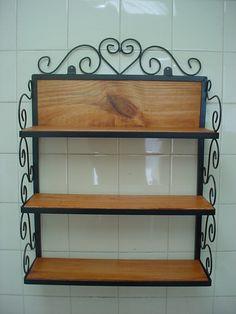 prateleira rustica em metal e madeira vintage                              …