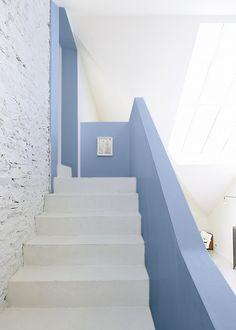 Le bleu Zolpan , escaliers en bleu Coral Pantone, Pantone Color, Home Decor Inspiration, Color Inspiration, Blue Photography, Art Blue, Rose Quartz Serenity, Minimalist Interior, Color Of The Year