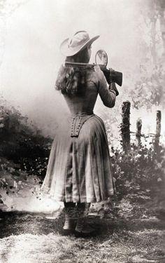 Annie Oakley tirer dessus son épaule avec un miroir à main