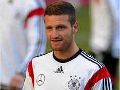 Erster Albaner in der deutschen Nationalmannschaft: Shkodran Mustafi Aufgrund der Verletzung von Marco Reus fährt jetzt der Albaner Shkodran Mustafi mit in die WM.