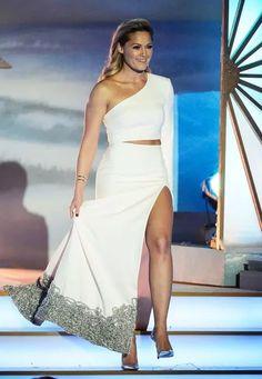 """Ihren eleganten, aber doch immer etwas besonderen Style zeigt Helene Fischer auch wieder beim """"Adventsfest der 100.000 Lichter"""" in Suhl. Das weiße One-Shoulder-Kleid bekommt duch die Silber-Bestickung am Saum ganz passend eine besonders festliche Note."""
