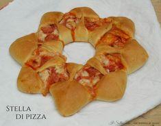 La stella di pizza è un modo originale per presentare la classica pizza. E' divertente da realizzare e piacerà tantissimo ai bambini.