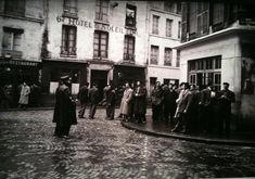 1955. Face à face entre policiers et Algériens dans le quartier de la Goutte d'or à Paris. Pierre Boulat