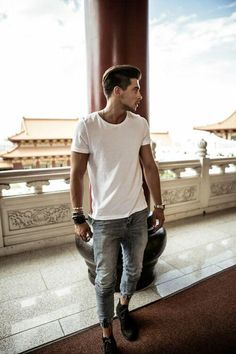 A not so basic white T-shirt paired with a nice pair of distressed jeans and a great pair of shoes makes for a great casual outfit. Mens Hairstyles Fade, Fine Hairstyles, Oversized Sweater Outfit, Moda Blog, Outfits Hombre, Look Man, White T, Classic White, Men Street