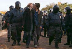 St. Petersburg, Okt. 2013. Aktivisten demnostrieren für die Rechte von Schwulen und Lesben - viele wurden festgenommen. In Russland sind homosexuelle Handlungen in der Öffentlichkeit verboten. Zwei Festgenommene zeigen weiterhin, was sie davon halten. www.spiegel-online.de