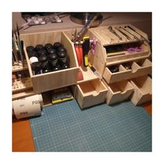 Benchtop Organizer Workbench organizer model workshop ideal for people who deal with modeling, or other handcrafts where you need a large number of small precision tools and accessories. With workbench Workshop Storage, Workshop Organization, Garage Workshop, Tool Storage, Workshop Ideas, Tool Bench, Bench With Storage, Woodworking Shop, Woodworking Projects