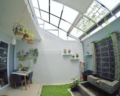Desain Rumah Unik Tipe 45 m: Meski Mungil, Ada Indoor Garden! Home Garden Design, Home Room Design, Home And Garden, Indoor Garden, Indoor Outdoor, Minimalist House Design, Minimalist Home, Outdoor Laundry Rooms, Interior Exterior