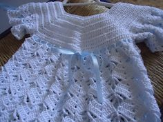 Beautiful baby dress in white yarn and blue ribbon |   Vestidito de encaje a ganchillo para bebé