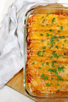 This chicken enchilada recipe is very simple to make, and is a family favorite. The creamy chicken cheese filling has a great flavor with a hint of parsley. family dinner Easy Chicken Sour Cream Enchiladas Your Family will Love Sour Cream Enchiladas, Creamy Chicken Enchiladas, Beef Enchiladas, Rotisserie Chicken Enchiladas, Chicken Cheese Enchiladas, How To Make Enchiladas, Chicken Chorizo, Sauce Enchilada, Cream Cheeses