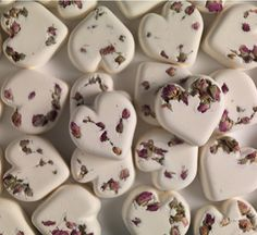Tisty Tosty Bath Bomb - Rose absolute, geranium, jasmine, lemon oil and orris – it's enough to fill anyone with love.