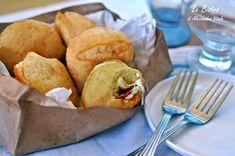 Le Bombe salate al formaggio e salame sono un ottimo finger food adatte al sabato sera. Provale calde, ne rimarrai sbalordito.