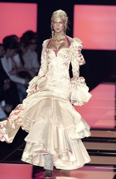 Christian Dior at Couture Fall 2003 - Runway Photos 00s Fashion, Runway Fashion, High Fashion, Christian Dior Couture, Dior Haute Couture, French Fashion Designers, John Galliano, Gowns, Collection