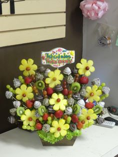 FRESAS DECORADAS - Buscar con Google Fruit Decorations, Food Decoration, Fruit Presentation, Edible Fruit Arrangements, Fruit Buffet, Food Garnishes, Garnishing, Party Food Platters, Fruit Creations