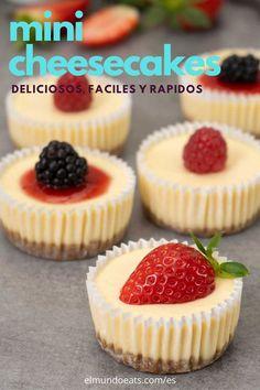 Estos mini cheesecakes fáciles están inspirados en Cheesecake Factory. Tienen una textura y sabor super cremoso. Son geniales para cualquier fiesta. #cheesecake #mini #postrefacil #recetafacil #elmundoeats Mini Desserts, Quick Easy Desserts, Easy Cake Recipes, Cookie Recipes, Delicious Desserts, Mini Dessert Recipes, Healthy Desserts, Mini Dessert Cups, Finger Desserts