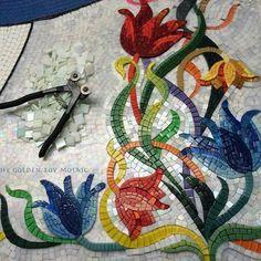 Flores con Mosaiquismo Mosaic Garden Art, Mosaic Pots, Mirror Mosaic, Mosaic Wall, Mosaic Glass, Mosaic Tiles, Stained Glass Paint, Stained Glass Flowers, Mosaic Tile Designs