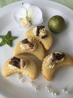 Ze surovin vypracujeme těsto, které necháme v lednici 2 hodiny odpočinout. Potom vyválíme placku, vykrojíme rohlíčky, které upečeme ve středně... Cupcake Cakes, Cupcakes, Holiday Cookies, Desert Recipes, Christmas Candy, Food And Drink, Cooking, Breakfast, Bakken