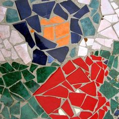 Broken tiles and damaged plates find new life as the colorful components of mosaics. The hard, durable surface of mosaics make a colorful and practical decoration for a table you can use on your patio, in the garden, or by the pool. Mosaic Tile Table, Mosaic Art, Easy Mosaic, Mosaic Table Tops, Mosaic Crafts, Mosaic Projects, Concrete Projects, Diy Table Top, A Table