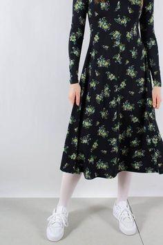 Fin grøn kjole fra RÉSUMÉ. Kjolen lukkes med knapper der går hele vejen ned gennem kjolen. Den har en fin krave. Pasformen er løs, med et pænt fald.  Brug den over et par jeans og sneakers for et fint hverdags look eller sæt et bælte i taljen, for at fremhæve den kvindelige form. Kjolen, Knapper, Resume, Dresses With Sleeves, Jeans, Sneakers, Long Sleeve, Inspiration, Collection