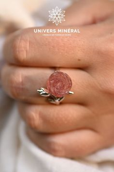 Découvrez cette bague en argent, aérienne, ornée d'une rose de quartz. Intemporelle et bohème à la fois, elle sera l'accessoire parfait pour apporter des notes de douceur, de grâce et de délicatesse à vos tenues.La finesse de l'anneau en argent sterling (le poinçon à l'intérieur de la bague l'atteste) et de ses ornements peuvent mettre en valeur n'importe quel doigt grâce au fait que cette jolie bague soit réglable. Finesse, Quartz Rose, Argent Sterling, Parfait, Silver Toe Rings, Pretty Engagement Rings, Ornaments, Finger, Gentleness