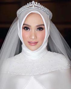 Muslim Wedding Photos, Muslim Wedding Gown, Wedding Dress Bustle, Muslimah Wedding Dress, Muslim Wedding Dresses, Muslim Brides, Bridal Wedding Dresses, Diy Wedding, Bridal Hijab