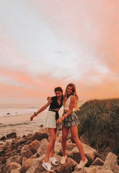 """""""Uploaded by 𝙱𝙾𝙱𝙱𝙸𝙴 𝙼𝙰𝙲 𝙼𝙾𝙾𝚃𝚁𝚈★ - Cute Friend Pictures, Best Friend Pictures, Cute Photos, Cute Pictures, Friend Pics, Bff Pics, Summer Pictures, Beach Pictures, Beach Pics"""