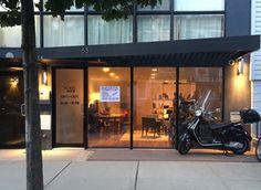 Graj, pracuj, dobrze się baw. Tak przeczytamy na stronie nietypowej, nowojorskiej kawiarni. 3 USD za pierwszą godzinę, 5 centów za każdą rozpoczętą minutę. Wchodzisz i bez wyrzutów sumienia, siedzisz w niej tyle czasu, ile potrzebujesz. Ostatecznie zapłacisz nie za kubki wypitej kawy, ale właśnie za czas. http://exumag.com/glasshour-pierwsza-kawiarnia-gdzie-zaplacisz-nie-za-kawe-a-za-czas-w-niej-spedzony/