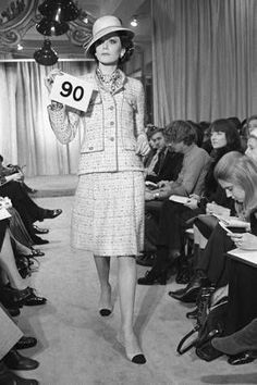 Model at Fashion Show Woman modeling Chanel suit from Spring 1972 collection Chanel Outfit, Chanel Jacket, Chanel Vintage, Vintage Couture, Belle Epoque, 1960s Fashion, Vintage Fashion, Estilo Coco Chanel, Coco Chanel Fashion