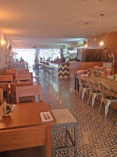 Mesas de comer para: La Excéntrica, #Gastrocantina, Polanco, CDMX. El diseño de interiores, el criterio de los materiales, iluminación así como la restauración arquitectónica del espacio estuvo a cargo de @Vertical Arquitectura liderado por el Arquitecto David Pérez Ortega