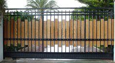 Cerramientos Candela combina metal con madera para fabricar puertas correderas como esta.