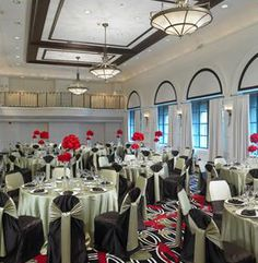 Black, white and pops of red make the eyes dance over this chic wedding reception #AllertonHotel #ChicagoWedding #WarwickHotels #love