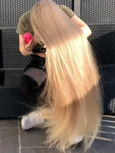 Tips For Changing Your Hairstyle – Hair Wonders Long Hair Play, Very Long Hair, Beautiful Long Hair, Gorgeous Hair, White Blonde Hair, Rapunzel Hair, Bun Hairstyles For Long Hair, Hair Magazine, Playing With Hair