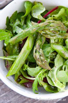 En enkel och snabb sparrissallad med kokt grön sparris, grönsallad, citron och olivolja. God som salladstillbehör till det mesta. Servera på salladsfat till flera eller på buffé eller portionsvis i salladsskålar som sidosallad. Celery, Green Beans, Spinach, Vegetables, Food, Essen, Vegetable Recipes, Meals, Yemek