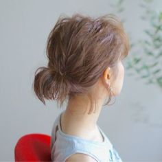 ルーズなひとつ結びは、ボブやミディアムヘアでも楽しめますよ。ぴょんぴょんと跳ねた毛先が可愛らしいですね。