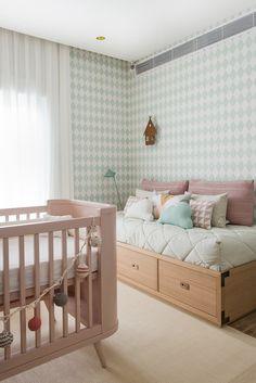 Quarto de bebê menina - Decoração moderninha - Rosa e verde ( Projeto: Triplex Arquitetura | Fotos: Manu Oristanio )