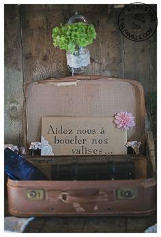 Une valise en cuir vintage tout droit sortie d'une autre époque, utilisée en guise d'urne pour le jour J.