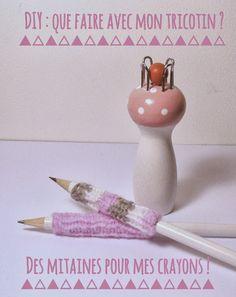 Aujourd'hui, je vous propose d'utiliser votre tricotin afin de customiser vos crayons en leur confectionnant des petites mitaines toutes do...
