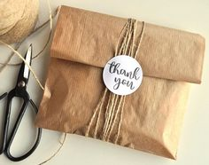 Witte ronde stickers met met de tekst Thank You in. Clothing Packaging, Jewelry Packaging, Gift Packaging, Packaging Ideas, Creative Gifts For Boyfriend, Boyfriend Gifts, Gift Wraping, Creative Gift Wrapping, Cookie Wrapping Ideas