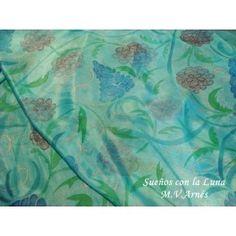 Fular de seda fina, pongé nº 5. Tamaño:  0´90x2mts. Fondo turquesa y pintado a mano con motivos florales en tonos pastel, con diseño único y exclusivo.