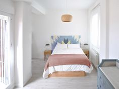 Dormitorio cabecero de madera pintada / Antes y después de un ático: una reforma low-cost #hogarhabitissimo #nordic