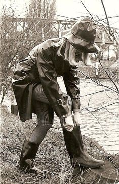 Black White Photos, Black And White, Rain Boots, Shoe Boots, Style Ancien, Rain Cape, Rain Gear, Bronze, Girls Wear