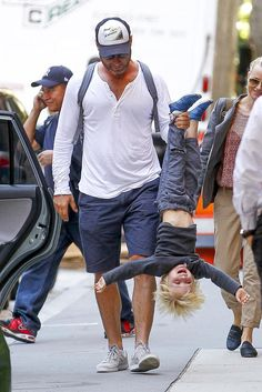 I'm not all about posting picture of celebrities with their kids, but Liev Schreiber... love him.