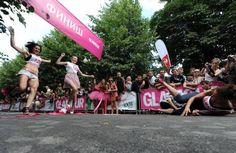 ¿Qué os parece esta carrera con tacones? ¿os atreveríais a participar?    http://www.abc.com.py/curiosidades/unas-150-mujeres-hacen-un-sprint-glamour-con-zapatos-de-tacon-423829.html