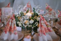 Colorful, floral, lush table decor. I love the romantic look. Norwegian wedding photographer <3